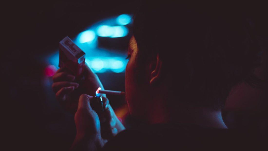 fumar en el ascensor